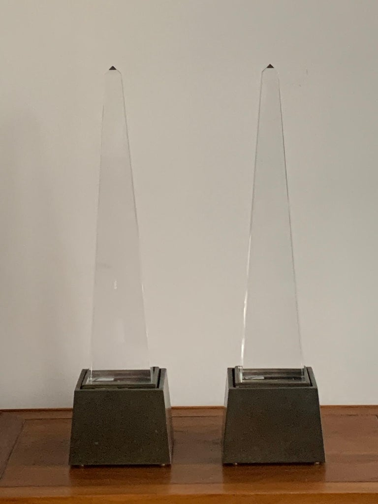 A pair of stylish Lucite and brass obelisk lamps by Chapman, 1977.