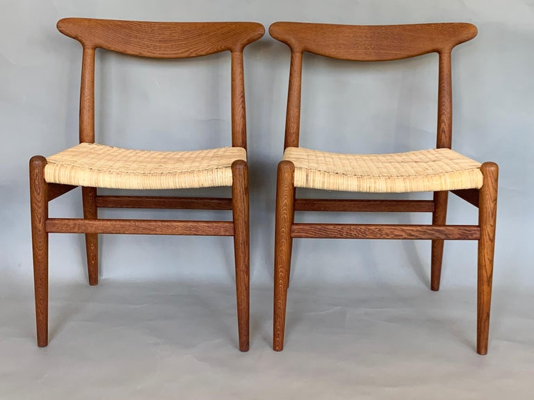 Mid-20th Century Pair of Classic Hans Wegner Side Chairs in Oak For Sale