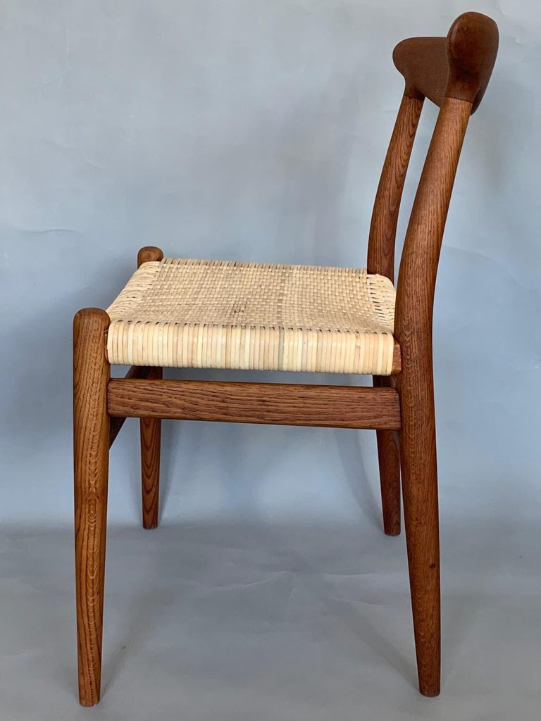 Pair of Classic Hans Wegner Side Chairs in Oak For Sale 1