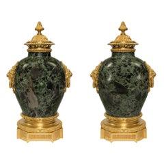 Französische 19. Jahrhundert Louis XVI Stil Brèche Verte d'Egypte und Goldbronze-Urnen, Paar