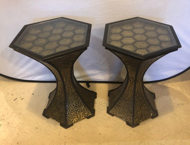 Pair of Hollywood Regency Hexagon Gold Brass and Wood Black End or Side Tables In Good Condition For Sale In Plainview, NY