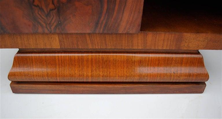 Pair of Matching 1930s Art Deco Night Tables in Burl Walnut Veneer In Good Condition For Sale In Noorderwijk, BE