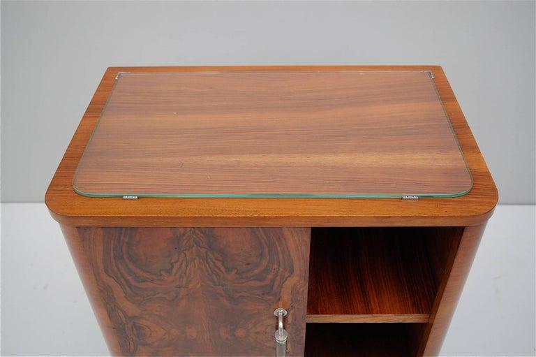 Pair of Matching 1930s Art Deco Night Tables in Burl Walnut Veneer For Sale 3