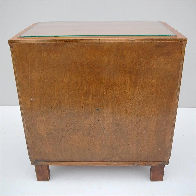 Pair of Matching 1930s Art Deco Night Tables in Burl Walnut Veneer For Sale 4