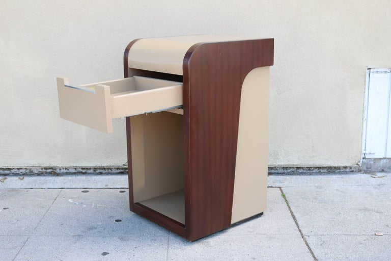 Mid-Century Modern Pair of Two-Tone Midcentury Nightstands For Sale