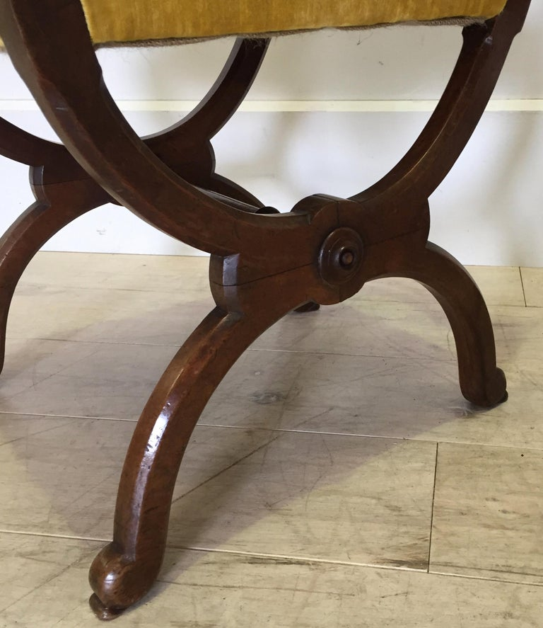 Pair of Walnut Side Chairs Attributed to Howard & Sons, Berners Street, London In Good Condition For Sale In Tetbury, GB