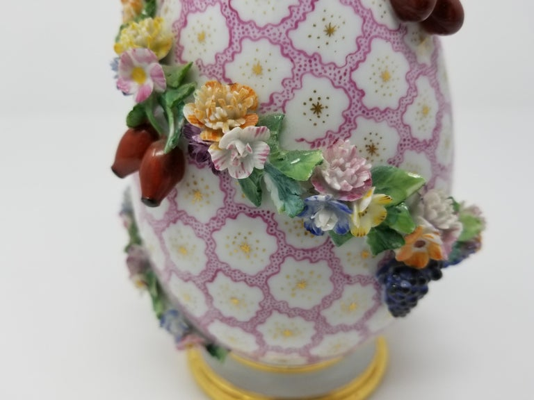 Pear Shaped Meissen Vase with Cover and Vines with Flowers and Fruits In Good Condition For Sale In New York, NY