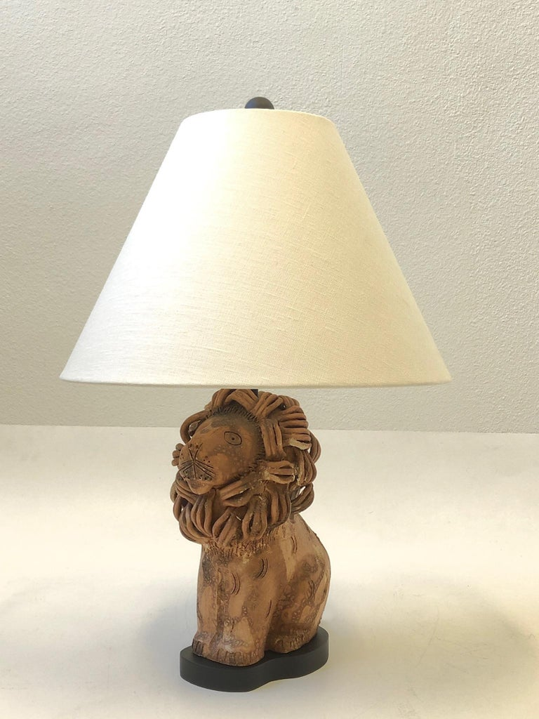 A rare 1970s ceramic lion table lamp by renowned Italian ceramicist Aldo Londi for Bitossi. The lamp is made out of ceramic with some volcanic glazed. The lion retains the made in Italian tag(see detail photos). Newly rewired and vanilla linen