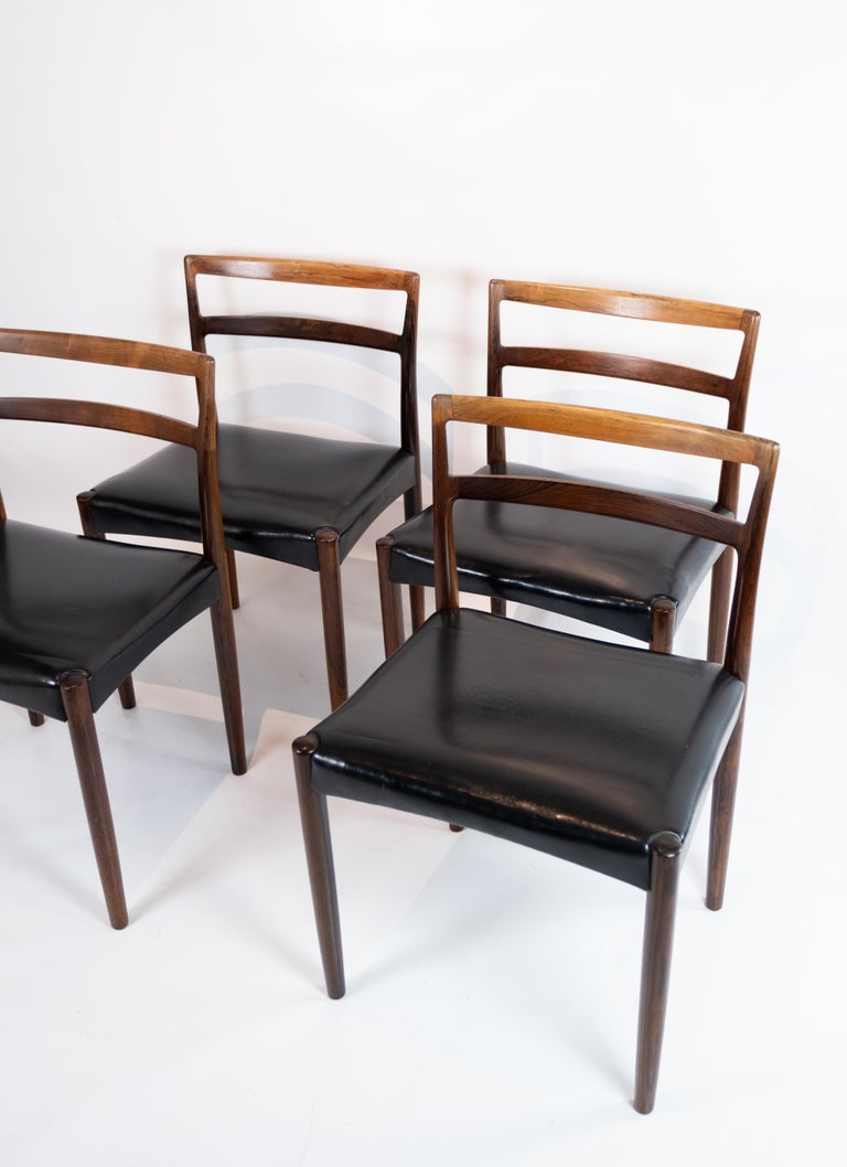 A set of four dining room chairs in rosewood and black leather of Danish design from the 1960s. The chairs are in great vintage condition.