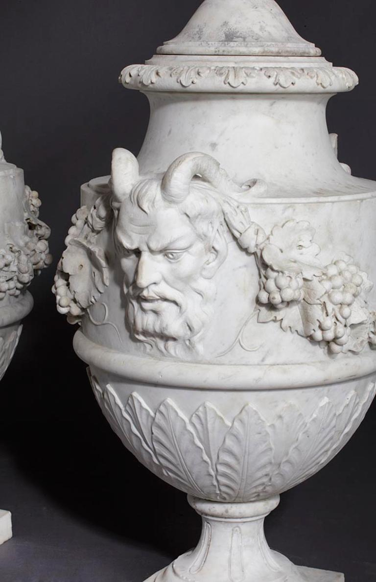 Set of French Sculpted White Marble Vases in Neoclassical Style In Good Condition For Sale In Baambrugge, NL