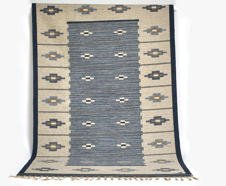 Swedish Handvävd Rölakan (handwoven flat-weave) Woven marker mark, Vävaregården in Eringsboda, founded by Erik Lundberg uses a picture/logo rather than letter, see photo. Good condition, very minor marks and all fringes/tassels present.    Size: