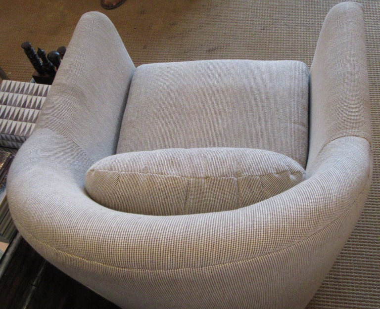 A Swivel Club Chair in the Manner of Harvey Probber In Good Condition For Sale In Mt Kisco, NY