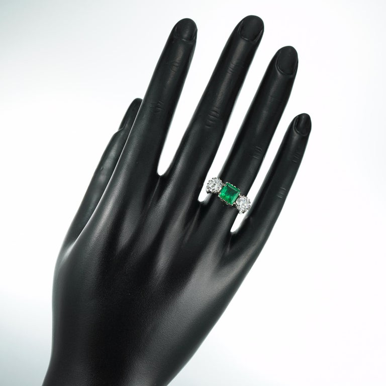 Three-Stone Diamond and Emerald Ring In Good Condition For Sale In London, GB