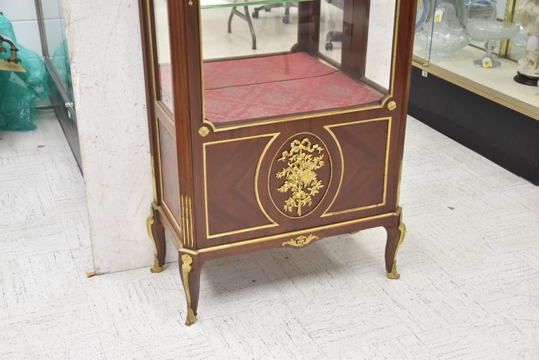 Very Fine 19th Century French Viewing Vitrine Attributed to F. Linke In Good Condition For Sale In Dallas, TX