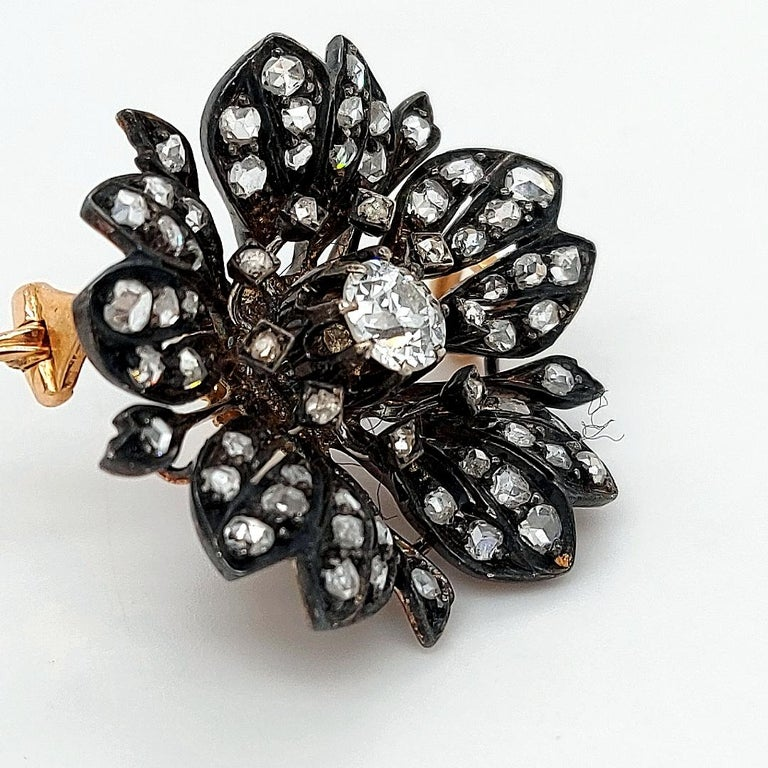 Victorian Silver on Gold Diamond Flower Brooch or Pendant, circa 1860 In Excellent Condition For Sale In Antwerp, BE