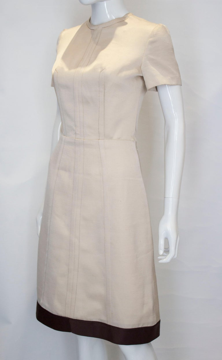 A vintage 1950s - 1960s cream fitted raw silk dress small In Good Condition For Sale In London, GB