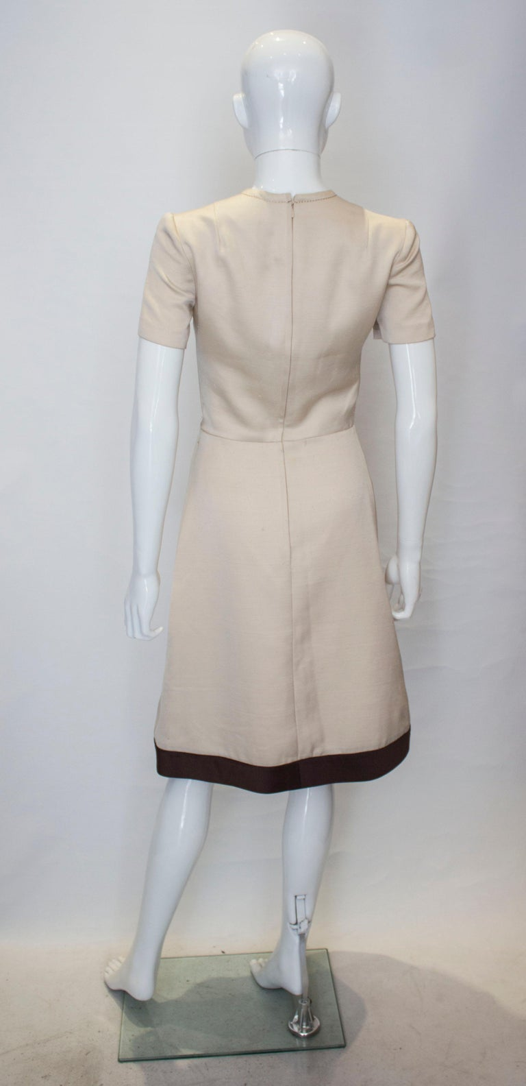 A vintage 1950s - 1960s cream fitted raw silk dress small For Sale 2