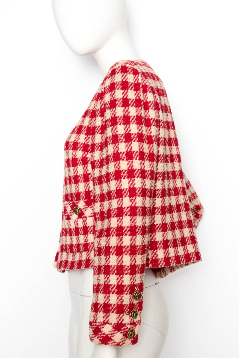 A Vintage Chanel Red and White Cropped Boucle Jacket  In Good Condition For Sale In Copenhagen, DK