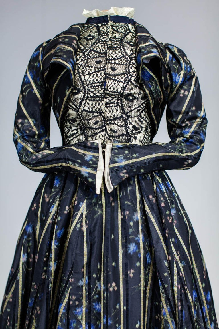 A Worth Historicism French Day Dress in Chiné Taffeta Circa 1900 For Sale 5