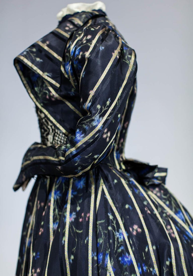 A Worth Historicism French Day Dress in Chiné Taffeta Circa 1900 For Sale 6