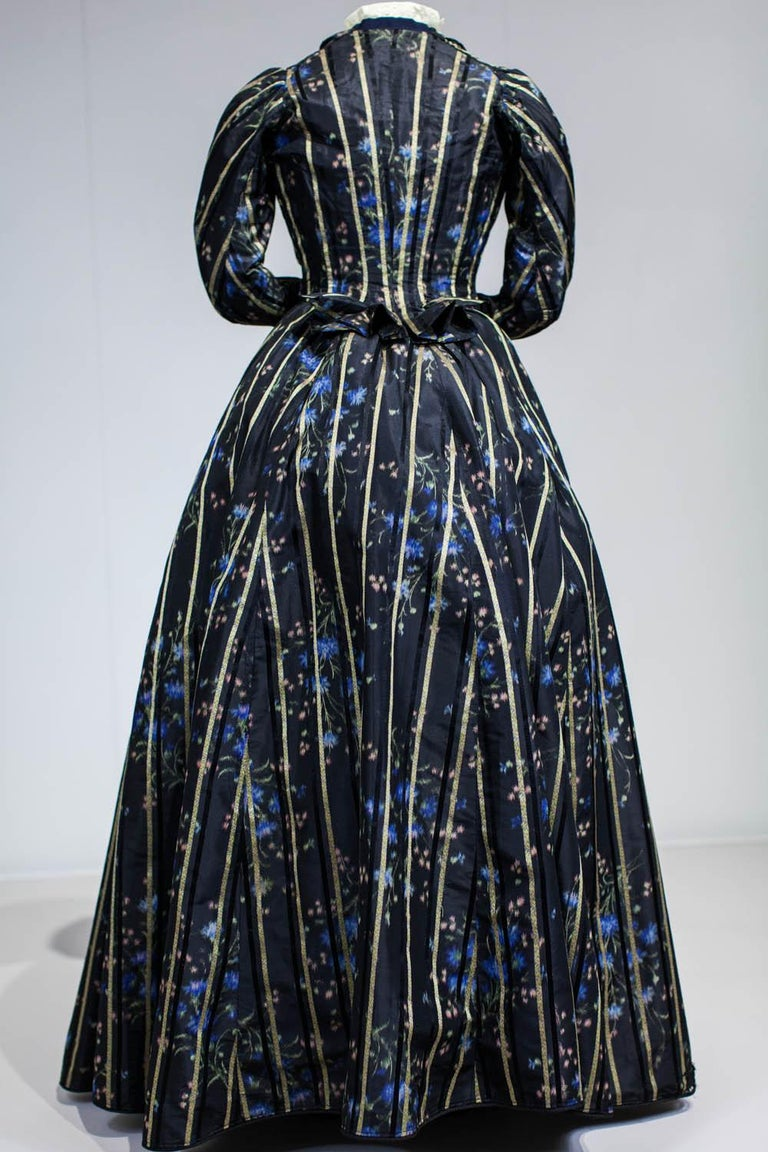 A Worth Historicism French Day Dress in Chiné Taffeta Circa 1900 For Sale 7