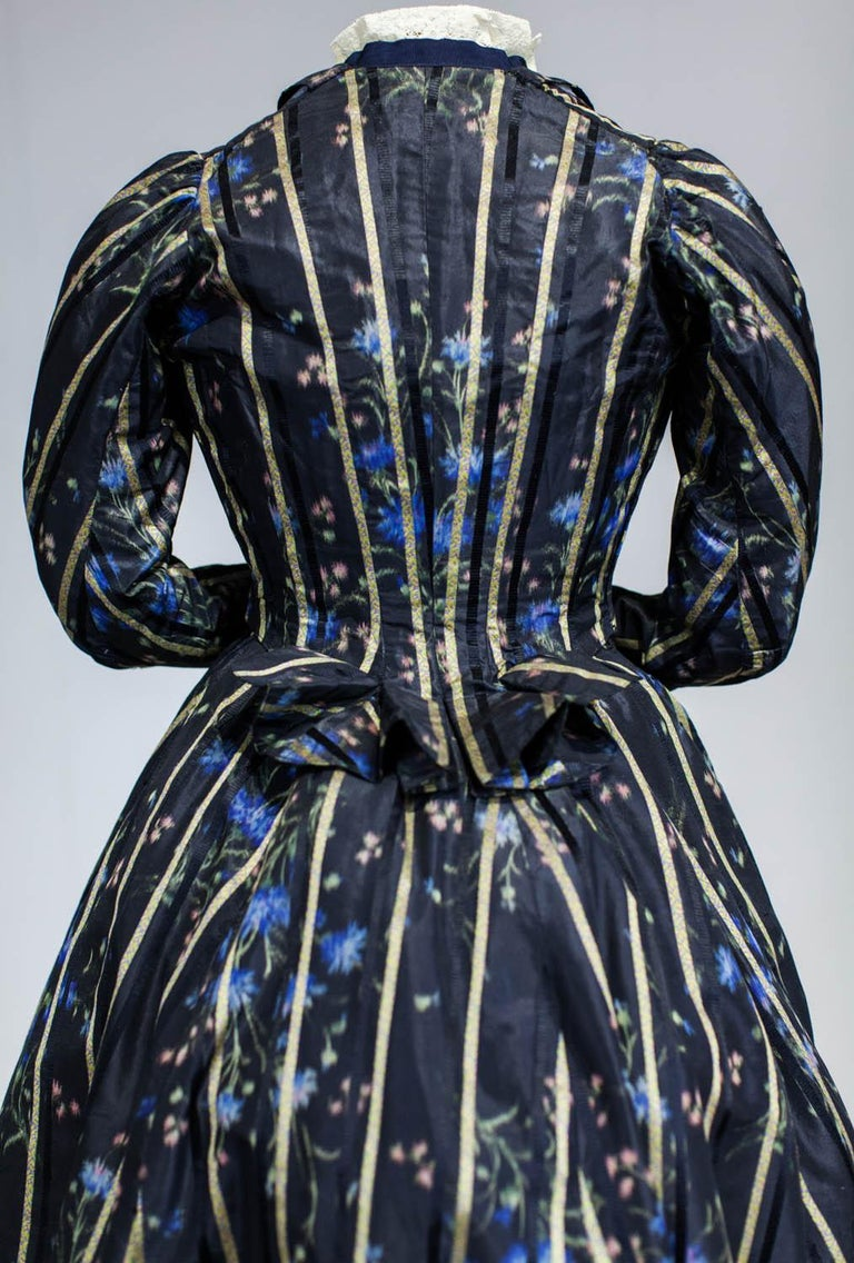 A Worth Historicism French Day Dress in Chiné Taffeta Circa 1900 For Sale 8