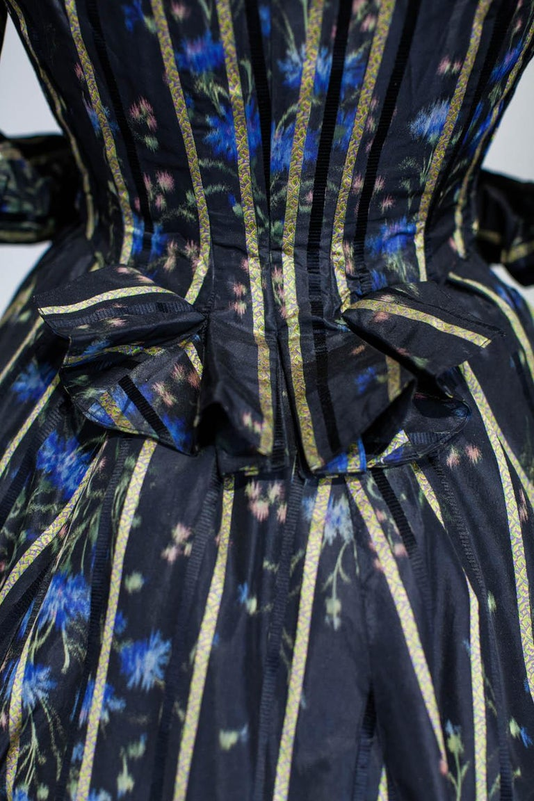 A Worth Historicism French Day Dress in Chiné Taffeta Circa 1900 For Sale 9