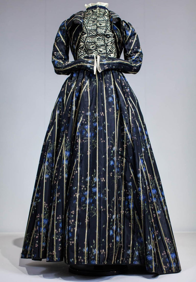 A Worth Historicism French Day Dress in Chiné Taffeta Circa 1900 For Sale 3