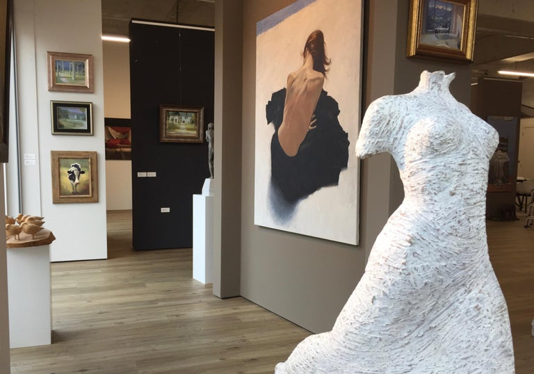 Facile is a bronze sculpture by Italian contemporary artist Eva Steiner. In her work she focuses on the gracefulness of women. Her sculptures of bronze, terracotta, marmer and travertine  show women with dresses in a beautiful roman style. This
