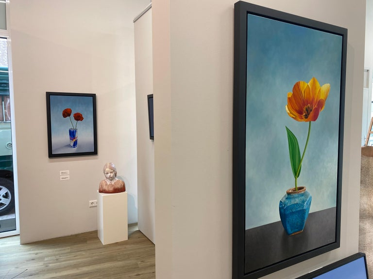 Tulip in Ginger Jar- 21st Century Dutch Oilpainting of a flower in bright colors - Gray Still-Life Painting by JP Marsman