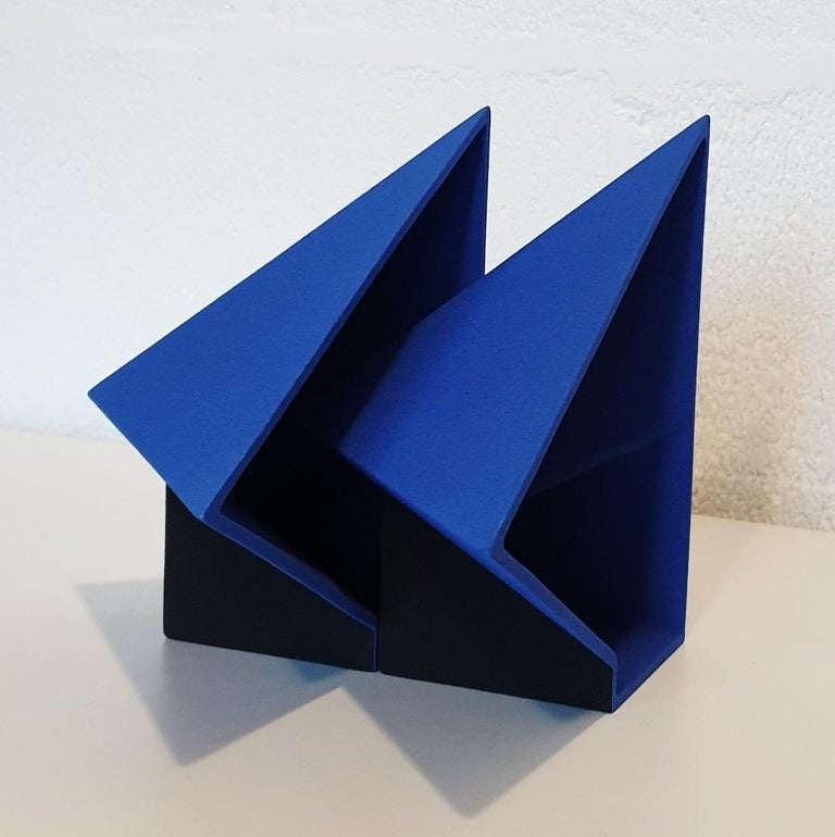 SC1502 blue - contemporary modern abstract geometric ceramic object sculpture - Contemporary Sculpture by Let de Kok