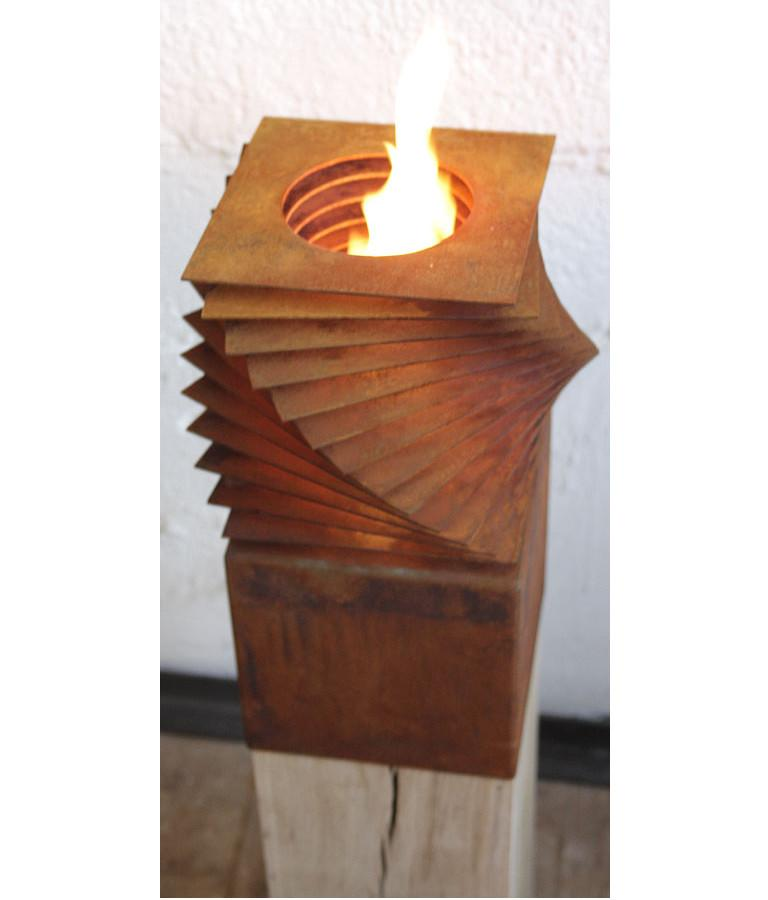 Extraordinary garden torch with one burner insert on an untreated oak spot. If the spot is set up outside, she develops a gray patina.  The burner full with bioethanol burns for 1½ hours, but with heavy wind shorter. It can be refilled after 10