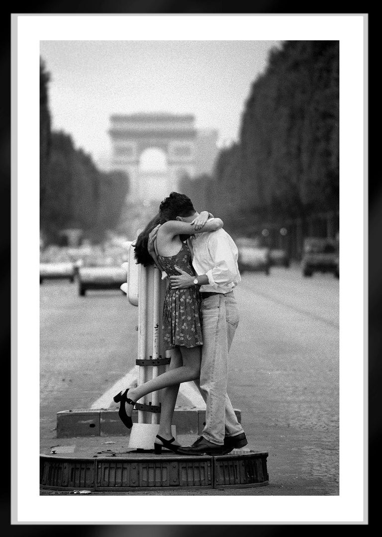 Paris Romance -Signed limited edition pigment print,Black and White, Analog,1994 - Contemporary Photograph by Ian Sanderson