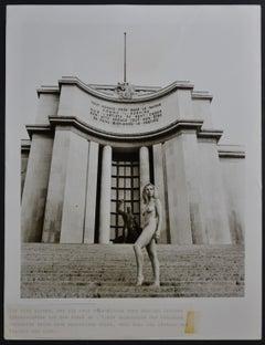 Paris  - Nude in front of Musée de l´Homme