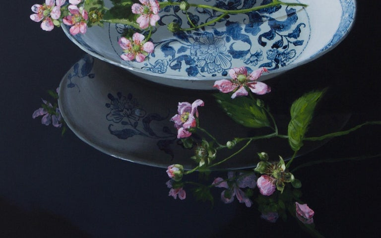When you look at this painting Chinese Plate with Blackberryblossom by Dutch artist Sasja Wagenaar (1959) from a distance you see a perfectly painted image, but up close a generous paint streak is visible. She has a unique way of applying shadow and