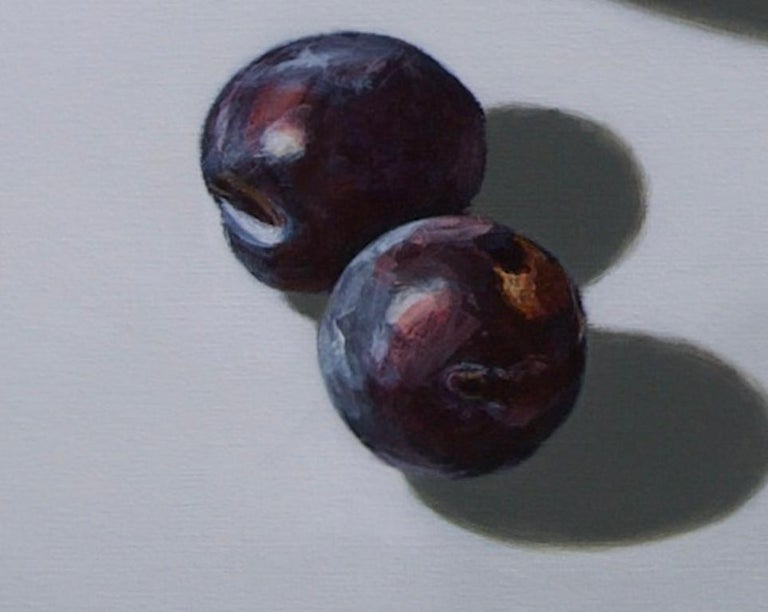 When you look at this painting ''Plums on light'' by Dutch artist Sasja Wagenaar (1959) from a distance you see a perfectly painted image, but up close a generous paint streak is visible. She has a unique way of applying shadow and light effects in