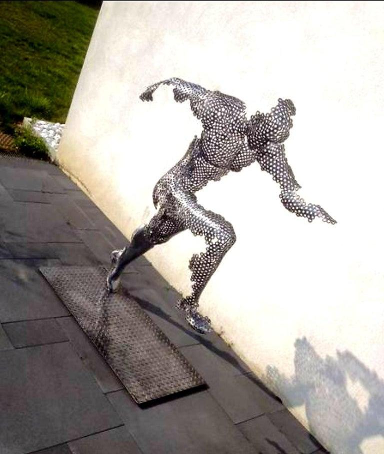 THE RUNNER - XL STEEL SCLUPTURE  - Beige Figurative Sculpture by VYKI