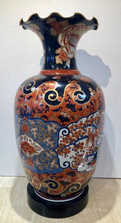 Imari vase with fluted edge, red, gold, blue, orange