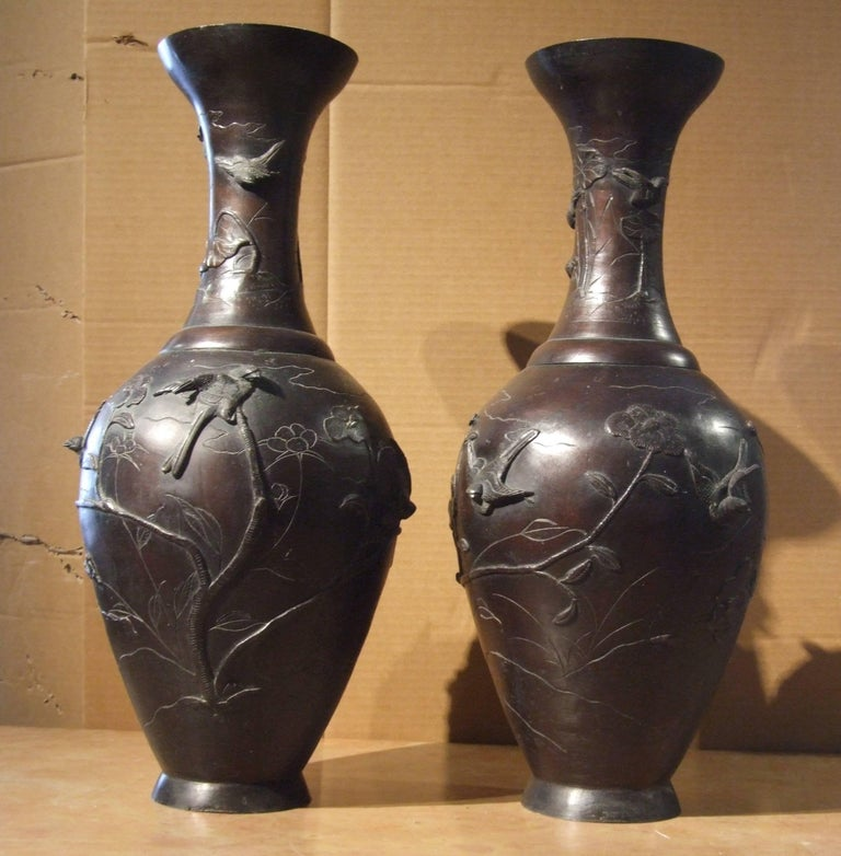 Important pair of bronze japanese vases with a floral decoration in bas-relief.  Marked under the base. Beautiful patina. Meji period.