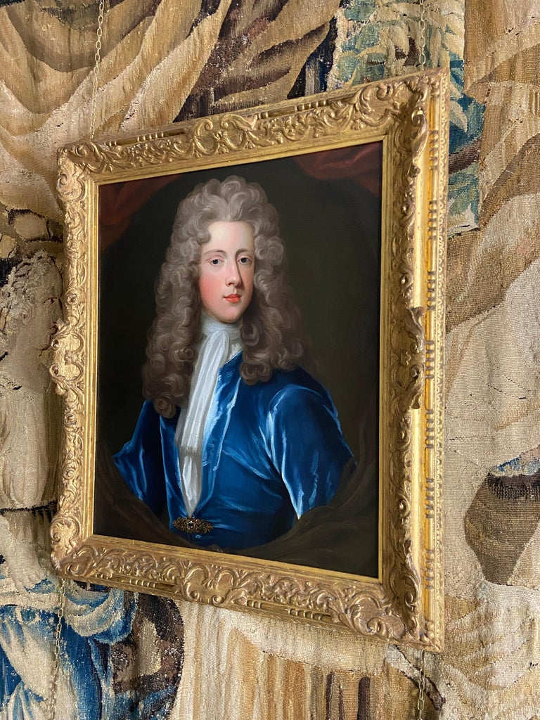 18TH CENTURY ENGLISH OIL PORTRAIT OF A YOUNG GENTLEMAN IN A BLUE VELVET COAT For Sale 2