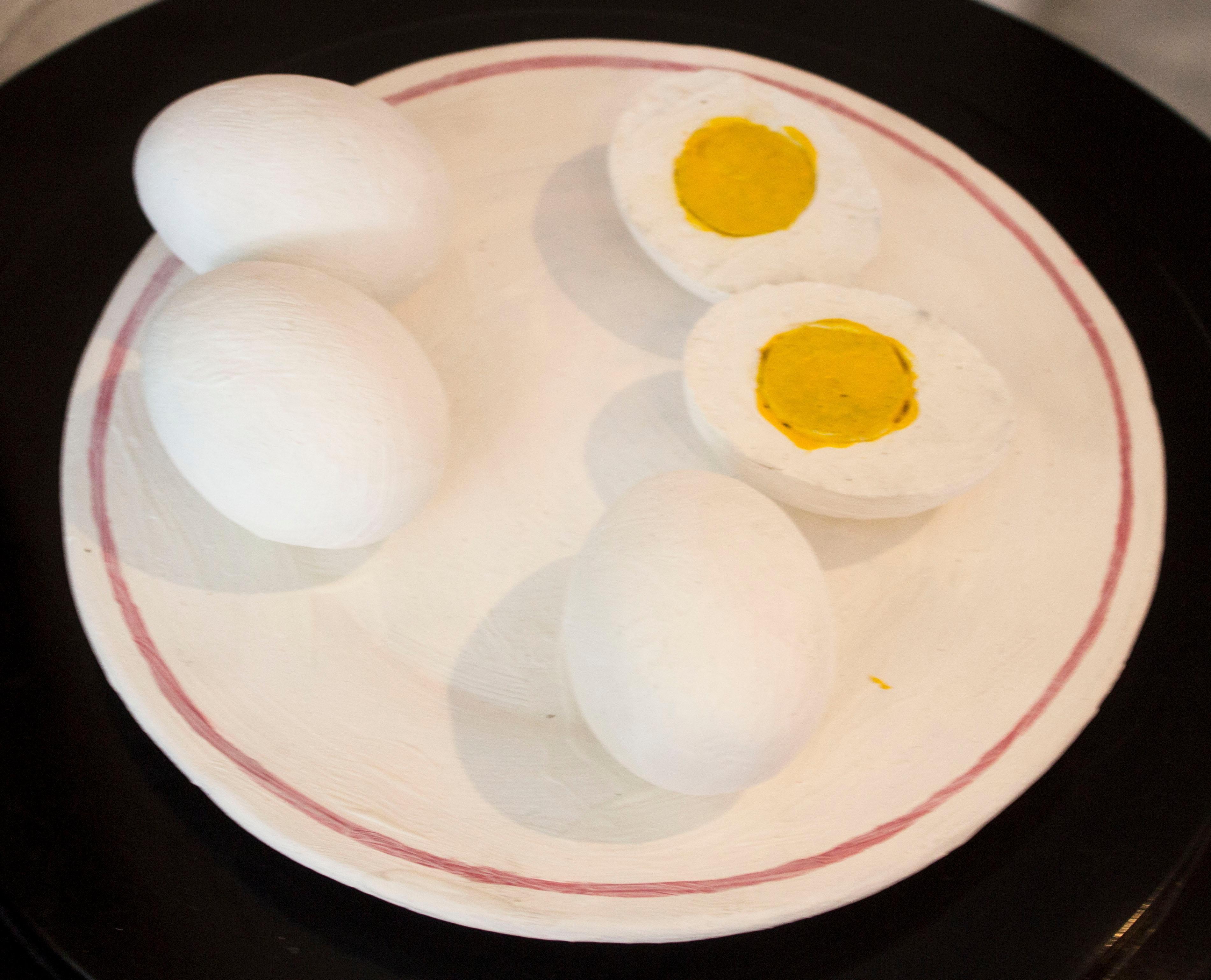 Pintura de cuatro huevos duros en un plato