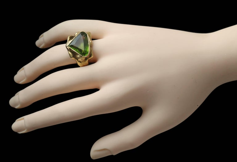 Circa 1930 Adam & Eve Paradise Peridot 18 Karat Gold Cocktail Engagement Ring For Sale 5