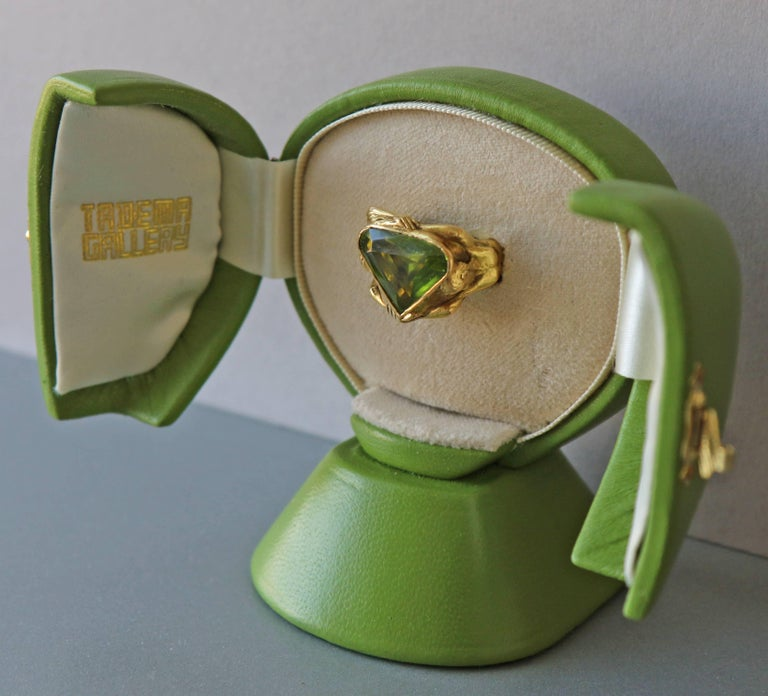 Circa 1930 Adam & Eve Paradise Peridot 18 Karat Gold Cocktail Engagement Ring For Sale 3