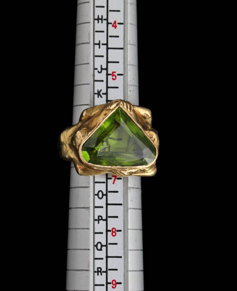 Circa 1930 Adam & Eve Paradise Peridot 18 Karat Gold Cocktail Engagement Ring For Sale 4