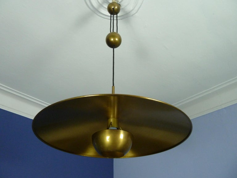 Adjustable Brass Pendant Onos55 by Florian Schulz with a Central Counterweight In Good Condition For Sale In Halle, DE