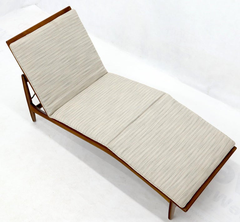 Adjustable Danish Mid-Century Modern Chaise Lounge by Selig In Good Condition For Sale In Rockaway, NJ
