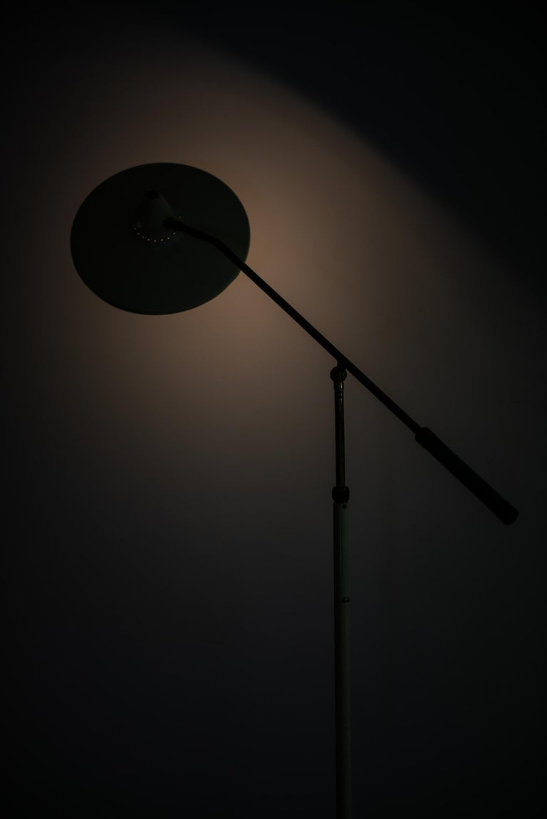 Adjustable Floor Lamp Attributed to Giuseppe Ostuni Produced by Stilnovo For Sale 4