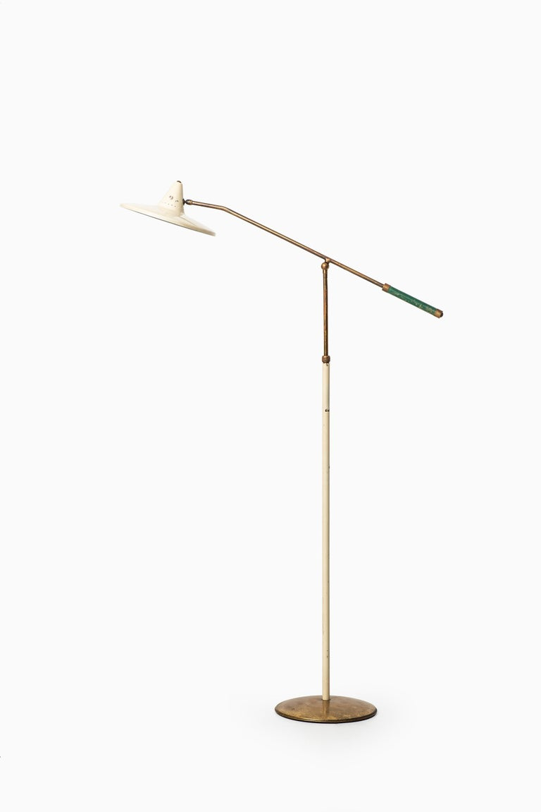 Rare adjustable floor lamp attributed to Giuseppe Ostuni. Produced by Stilnovo in Italy.