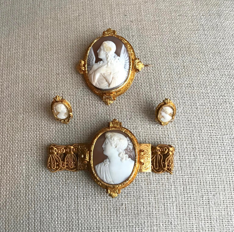 Froment-Meurice, Famous French jeweler in 19th Century, Set in 18 Carats Yellow Gold and Cameo, very Rare in its Case in original Shape, Late Nineteenth Century Gross Weight of the set: 27.7 g  Size Earrings: 2.3 high by 3.4 cm wide Bracelet: 5 x