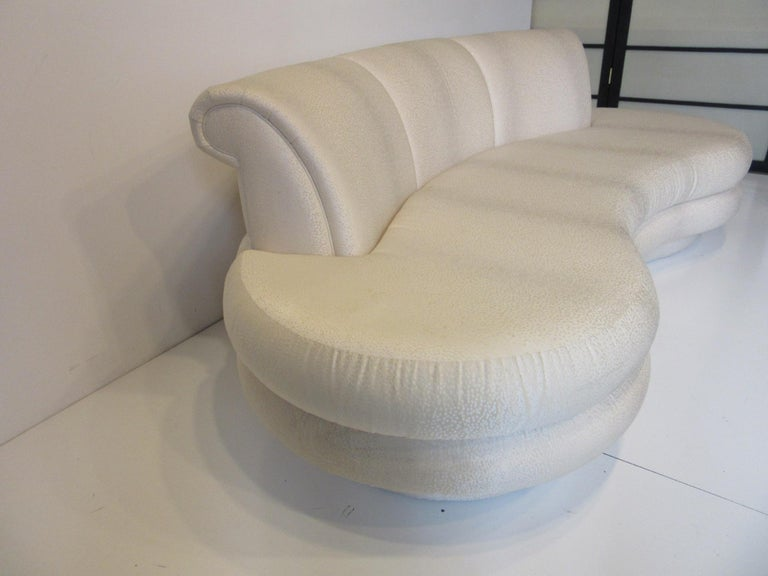 A very stylized Cloud shaped sofa with sculptural layered look in a very retro kidney shape with great back rolls manufactured by the Comfort Designs Furniture company founded in the 1970s by John Graham and well known designer Adrian Pearsall after